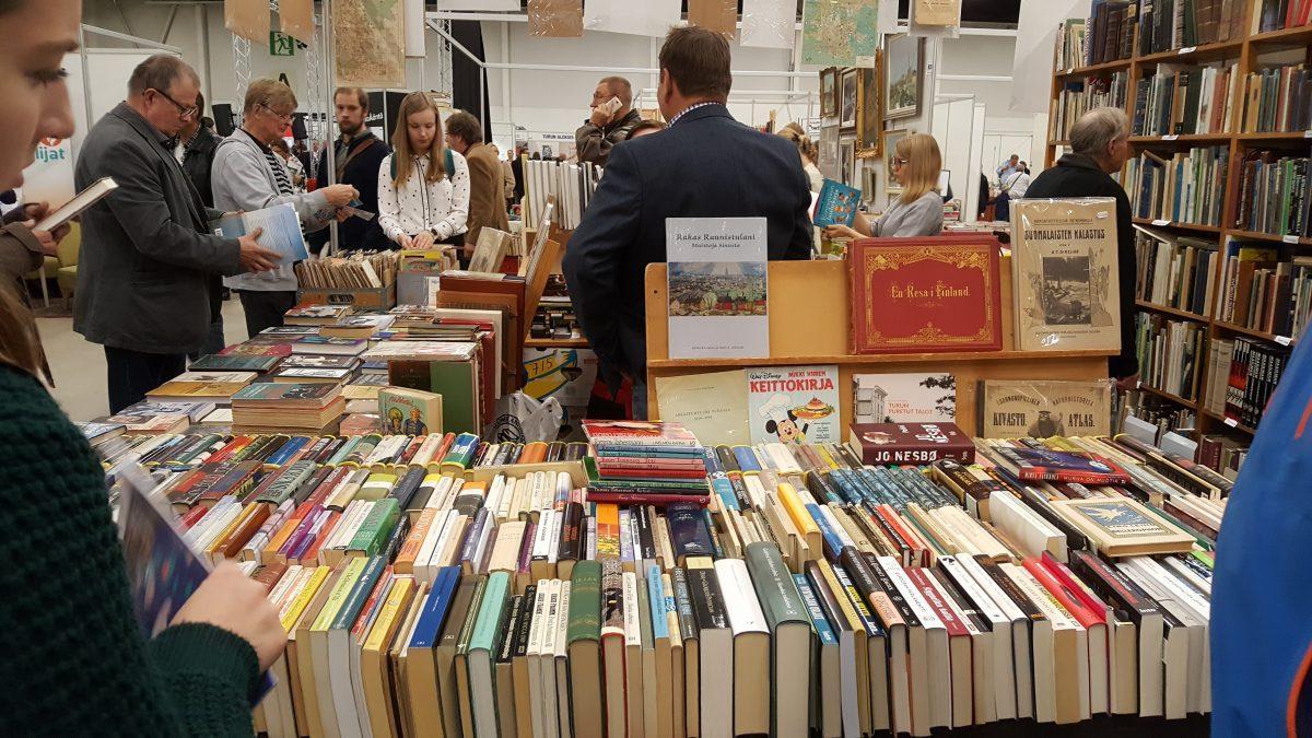 """Försäljningen bara liten del av finlandssvenska författares inkomst –  """"En riktig bästsäljare i Svenskfinland säljer över 10 000 exemplar"""""""