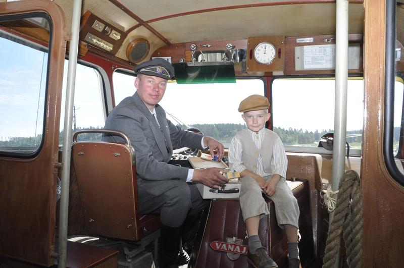 Jani Launokorpi med sonen Janne i bussen årsmodell 1957, köpt av Martti Koski som ägde Someron linjat. Allt finns sparat, också en gammal förbandslåda och en Viking Line-tidtabell
