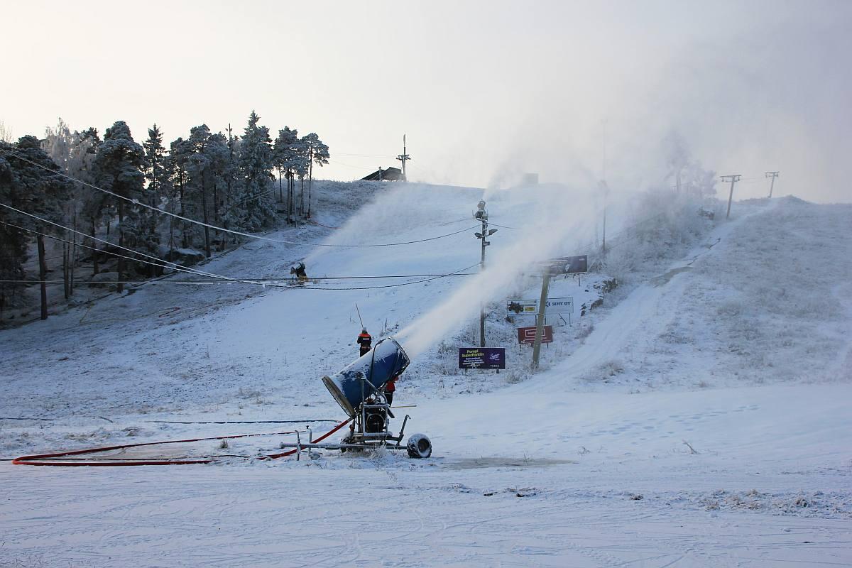 Nu är det snö i backen och skidcentret på Hirvensalo i Åbo öppnar på tisdag klockan 16. Bilden är en arkivbild. ÅU-foto