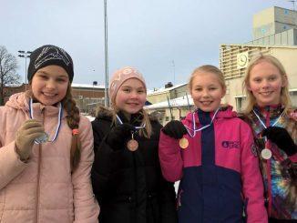 Skridskoåkare. Sirkkala skolas elever Ellen Norrena i åk 5 och fjärdeklassarna Agnes Alander, Tilda Laine, och Nea Dahl tog medaljer i skolornas tävlingar i går. Foto: Juha Jaakola