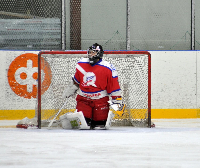 Pauli Kitula fick inte mycket hjälp av utespelarna, vid ställningen 5-1 ersattes han av Kasper Virkkala. ÅU-foto.