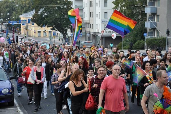 Mot Kuppisparken. Turku Pride är inte bara en parad utan fortsätter med program i Kuppisparken. Foto: Anna Pusa.