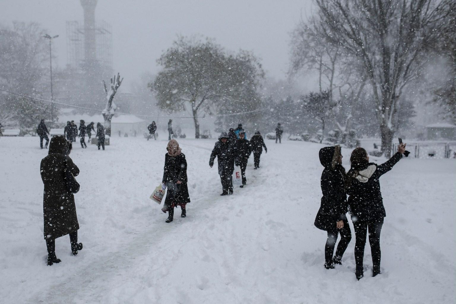 Istanbul-borna tar sig i dag vintriga promenader. Foto: AFP / YASIN AKGUL - LEHTIKUVA / AFP