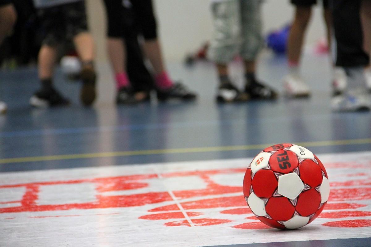 En handboll ligger på spelplanen.