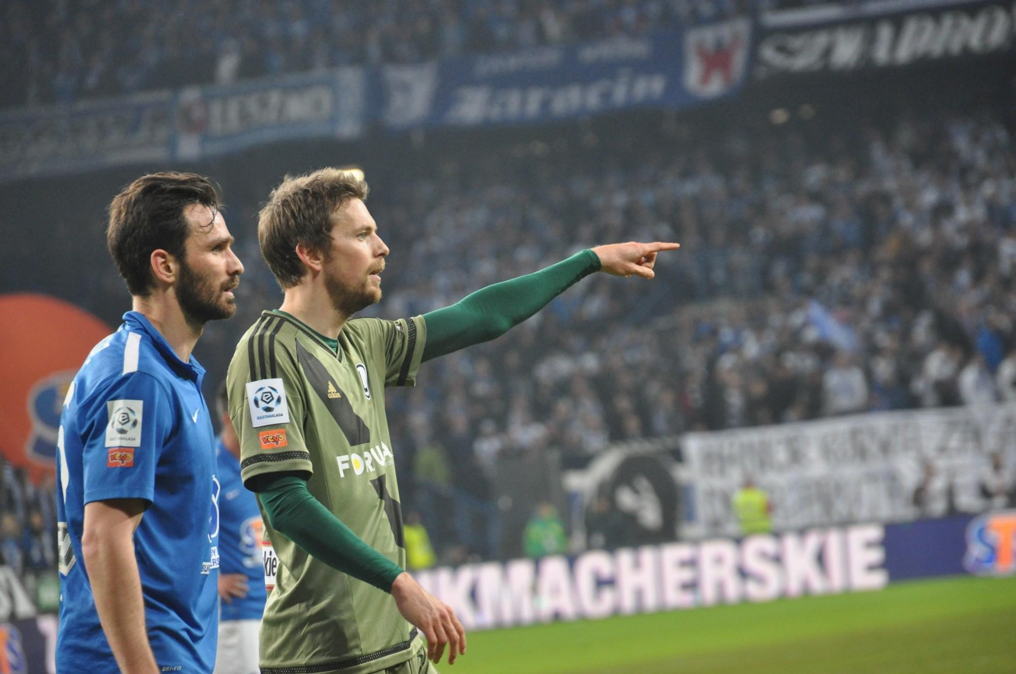 Två män på fotbollsplan