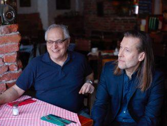 Konstnären Jan-Erik Andersson (t.h.) har gjort en dokumentärfilm om krögaren Ulderico de Santis.