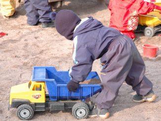 Barn som leker på gården