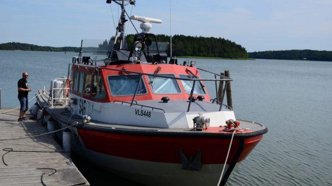 Räddningsbåt vid brygga.