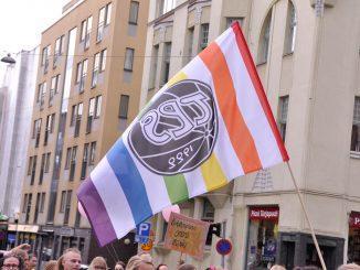 Flagga med TPS logga och regnbågens färger.
