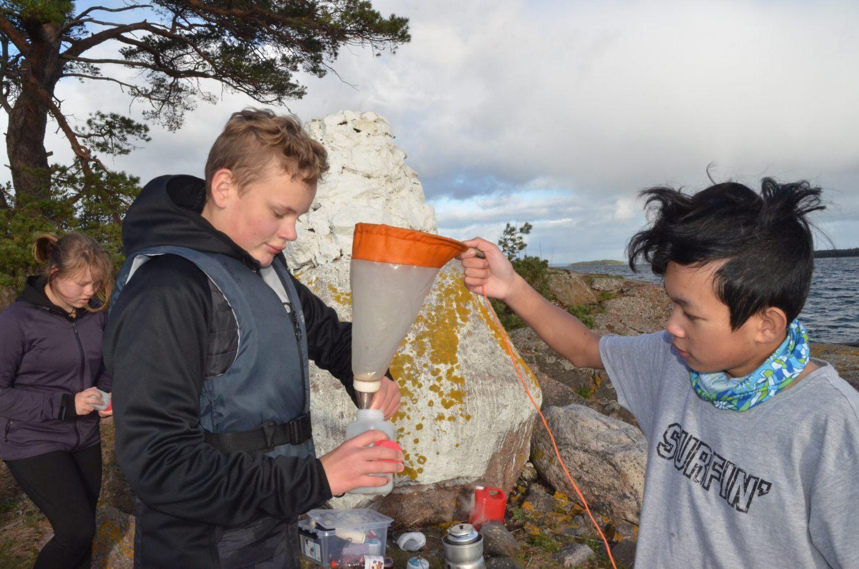 Ludvig Fagerlund och Dom Sittichan tar planktonprov som en del av skolans vattenprojekt. Foto: Carina Holm