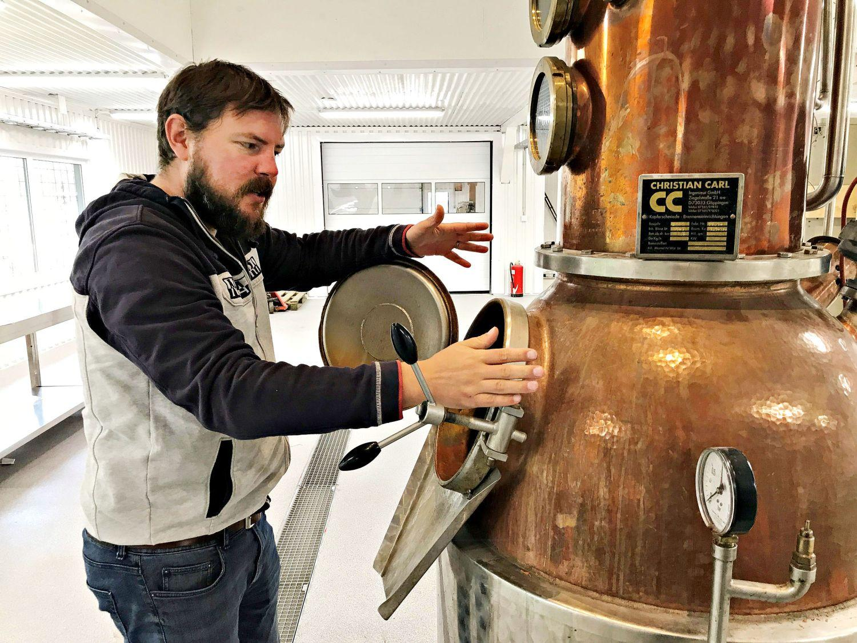 Snart dags för sprittillverkning. Jonathan Smeds ska tillverka gin och whisky i de gamla Flipperhallarna i Vikom under namnet Nagu destillery.