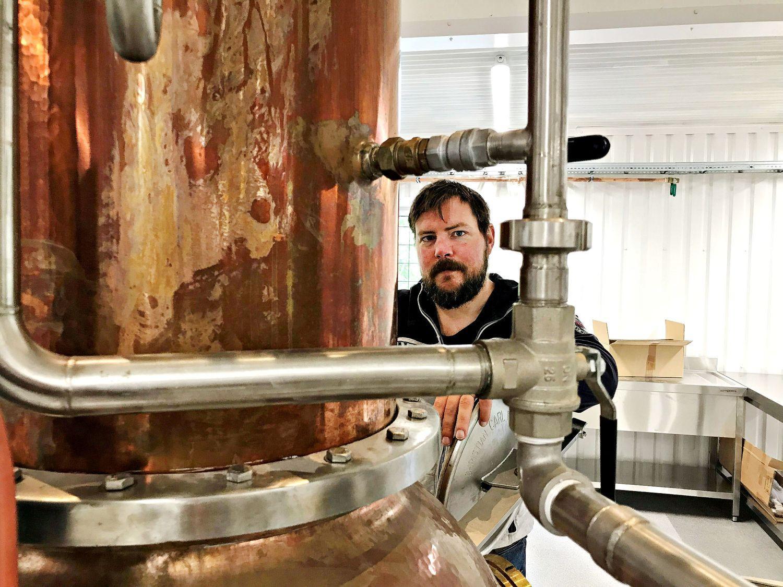 Man står vid destillationsanläggning.