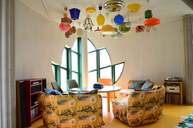 vardagsrum med många lampor i taket