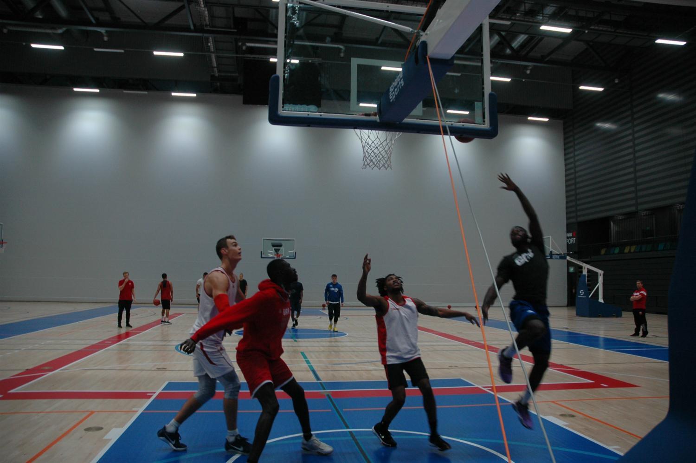 Basketträningar i Kuppis bollhall.