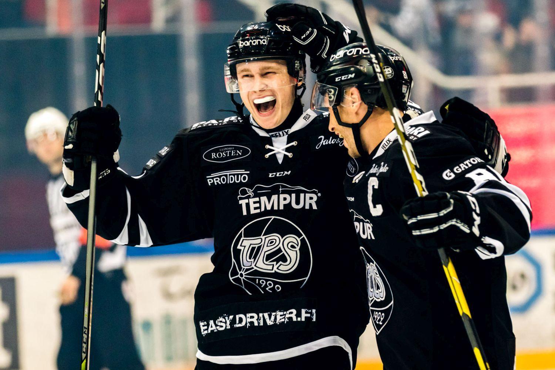 Ishockeyspelarna Kaapo Kakko och Ilari Filppula iklädda svarta ishockeyredkap firar mål i Åbo ishall.