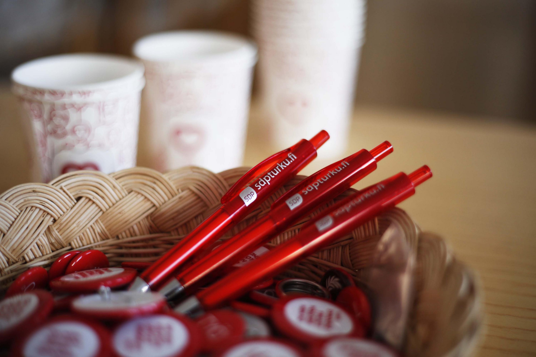 Röda pennor och pinsar.