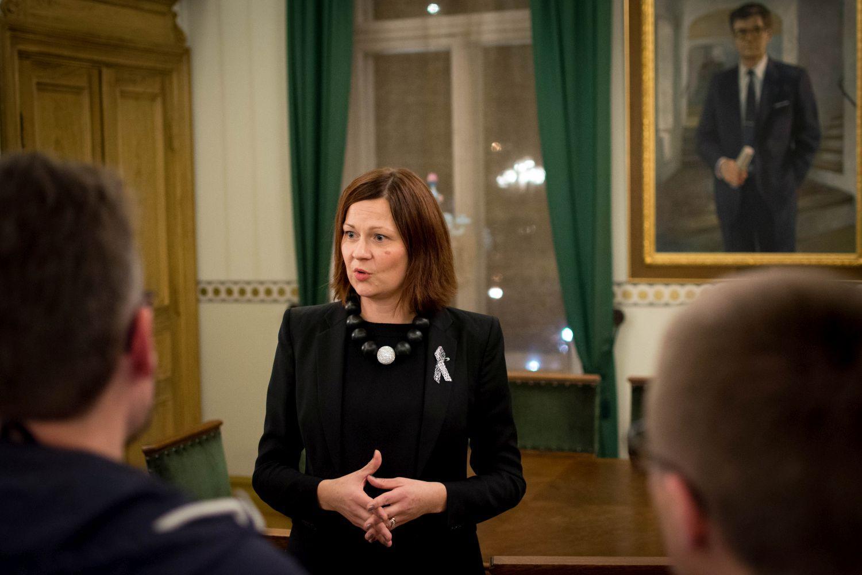 Stadsdirektör Minna Arve testar jobba inom äldreomsorgen på fredag. 15 ledande tjänstemän vid Åbo stad testar olika kommunala arbetsplatser under dagen. ÅU-foto