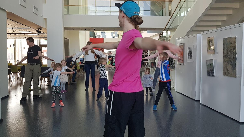 Man visar för barn hur man dansar.