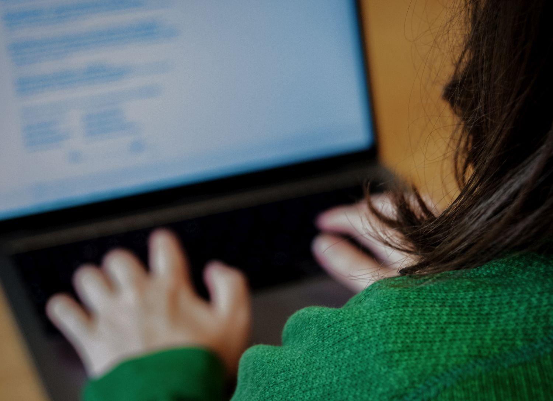Kvinna sitter vid datorskärm