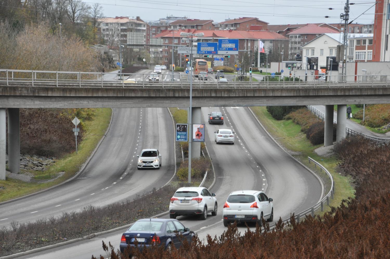 Helsingforsgatan i Åbo, i förgrunden ses bilar som kör längs gatan