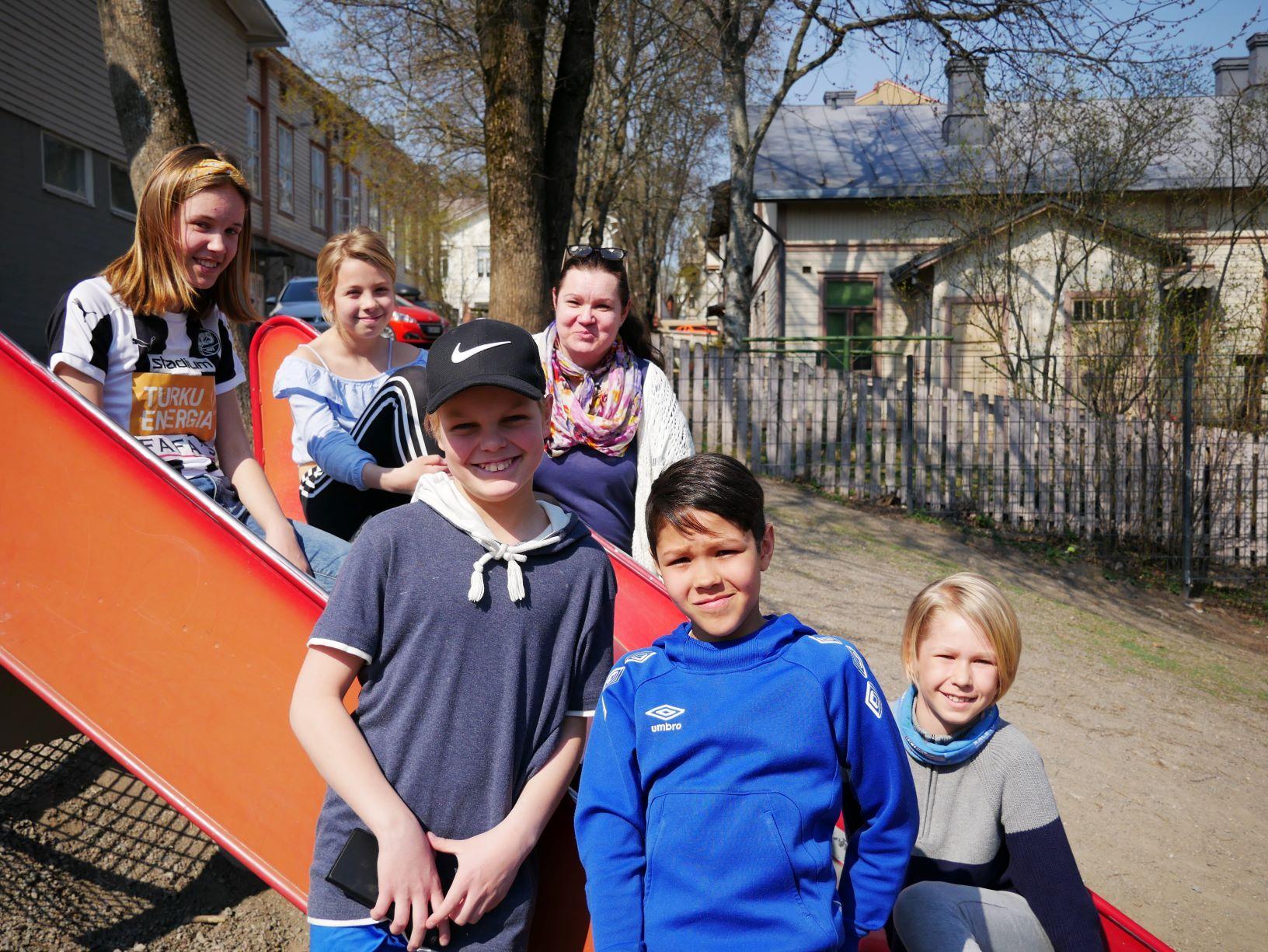 (Bakre raden) Mette Vilppu, Julia Sundqvist, Maria Nylund, (främre raden) Oscar Neovius, Amilcar Jungar och Emil Krogell.