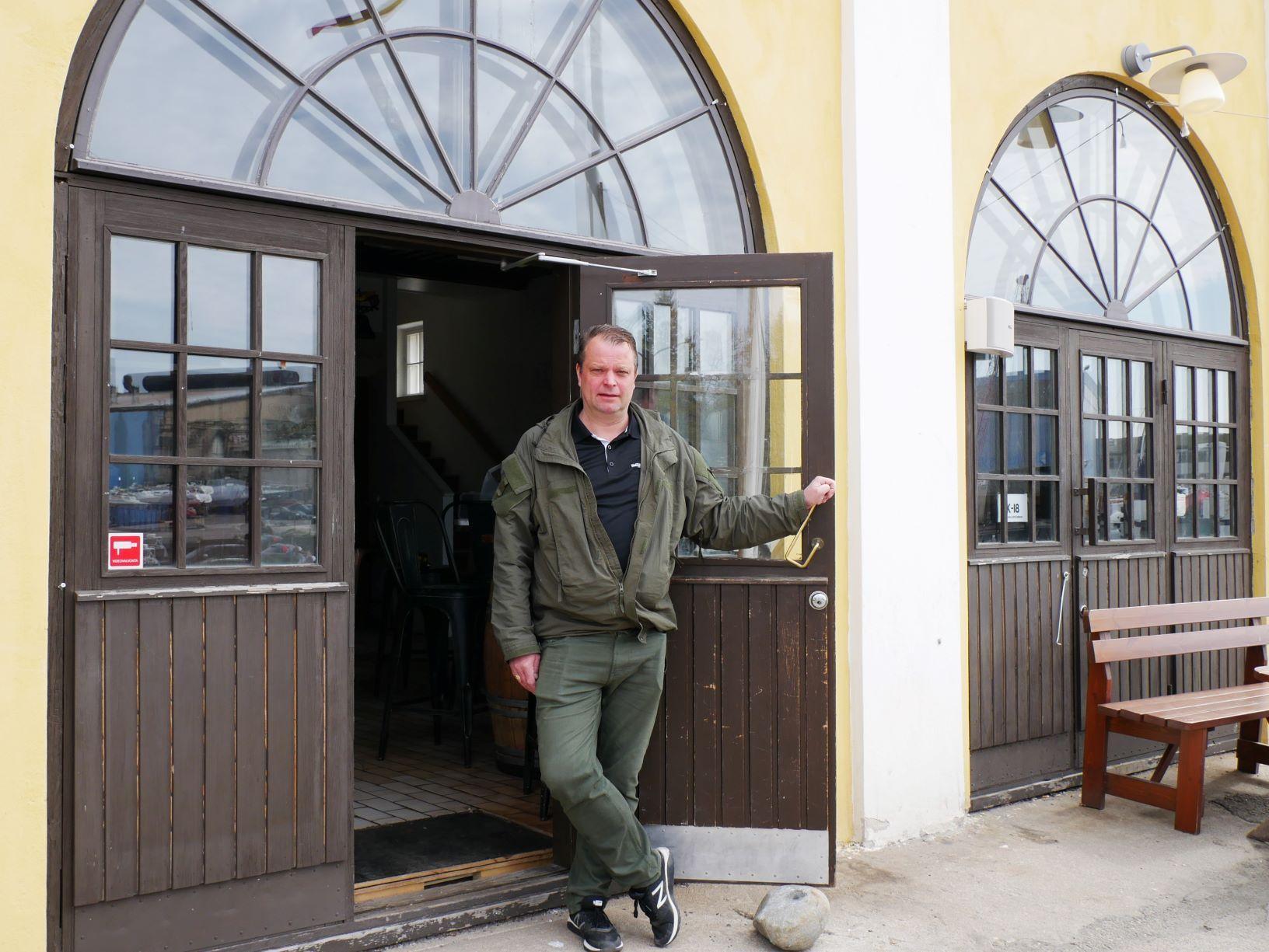 Jukka Siitonen står framför dörren till krogen Stall's