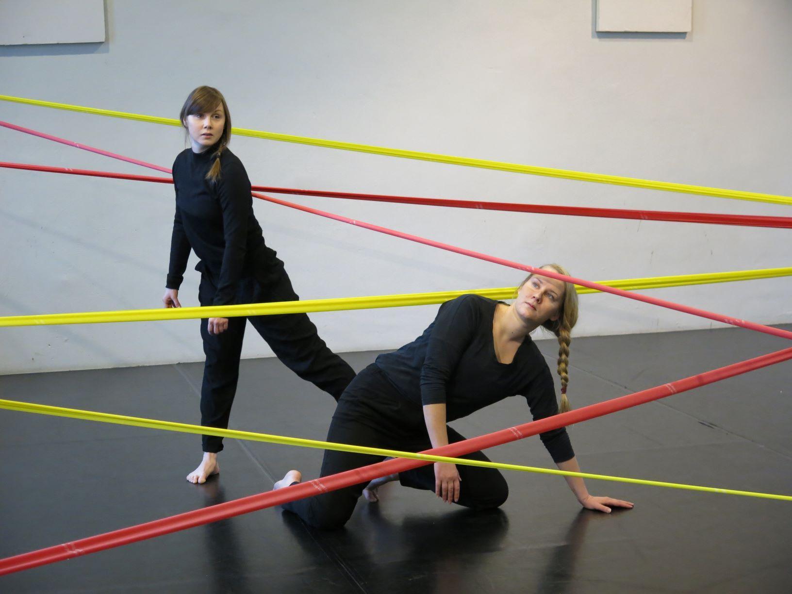 Två kvinnor dansar