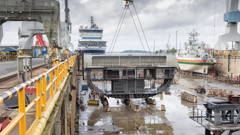 Blocket till en ny bilfärja lyfts ner i varvsdockan vid varvet i Raumo