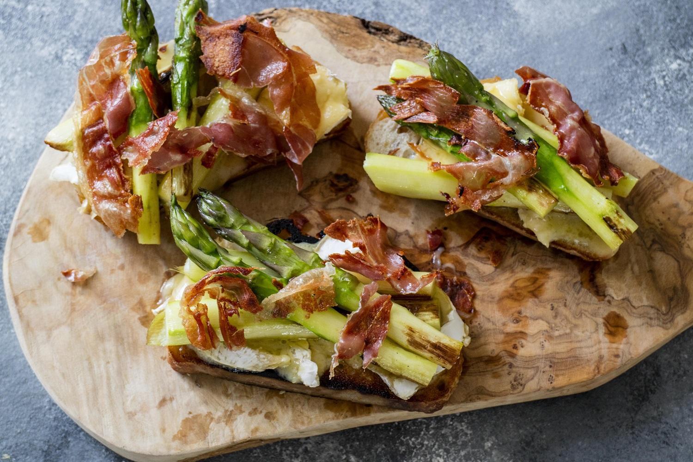 Sparrissmörgåsar ligger på ett skärbräde.