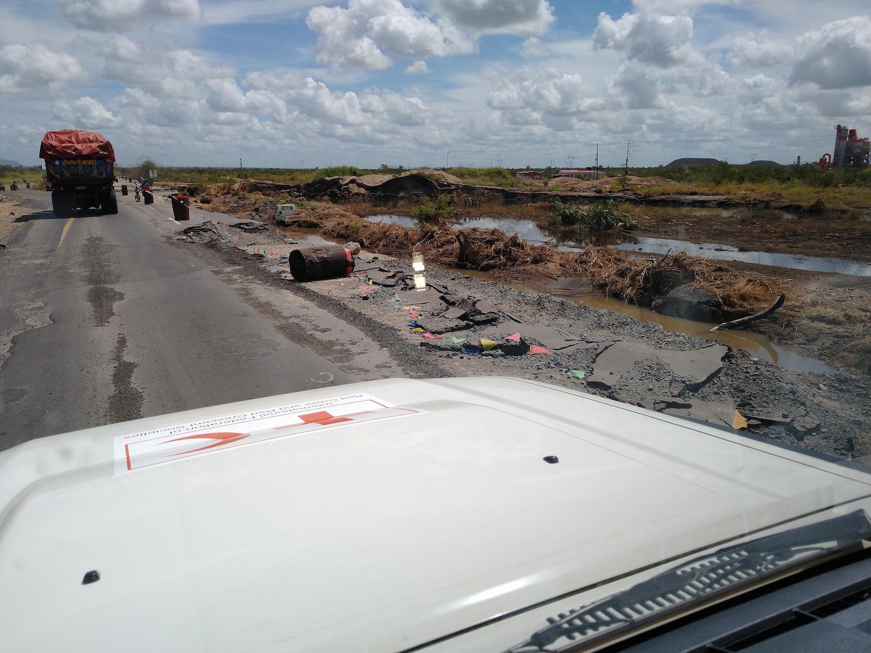 Mocambique, där en väg har rasat efter cyklonen.