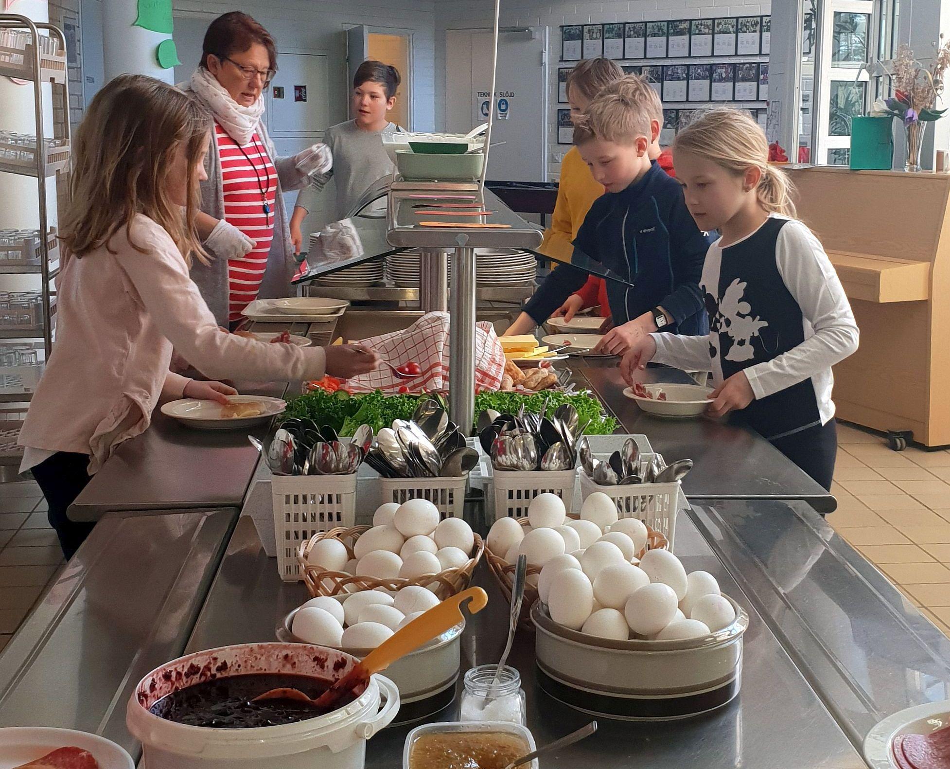 Barn och vuxna vid buffetbord