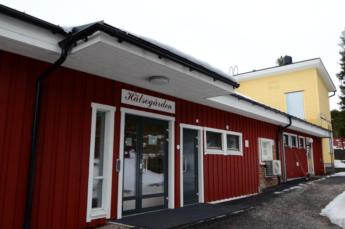 rött hus med skylten hälsogård i Houtskär