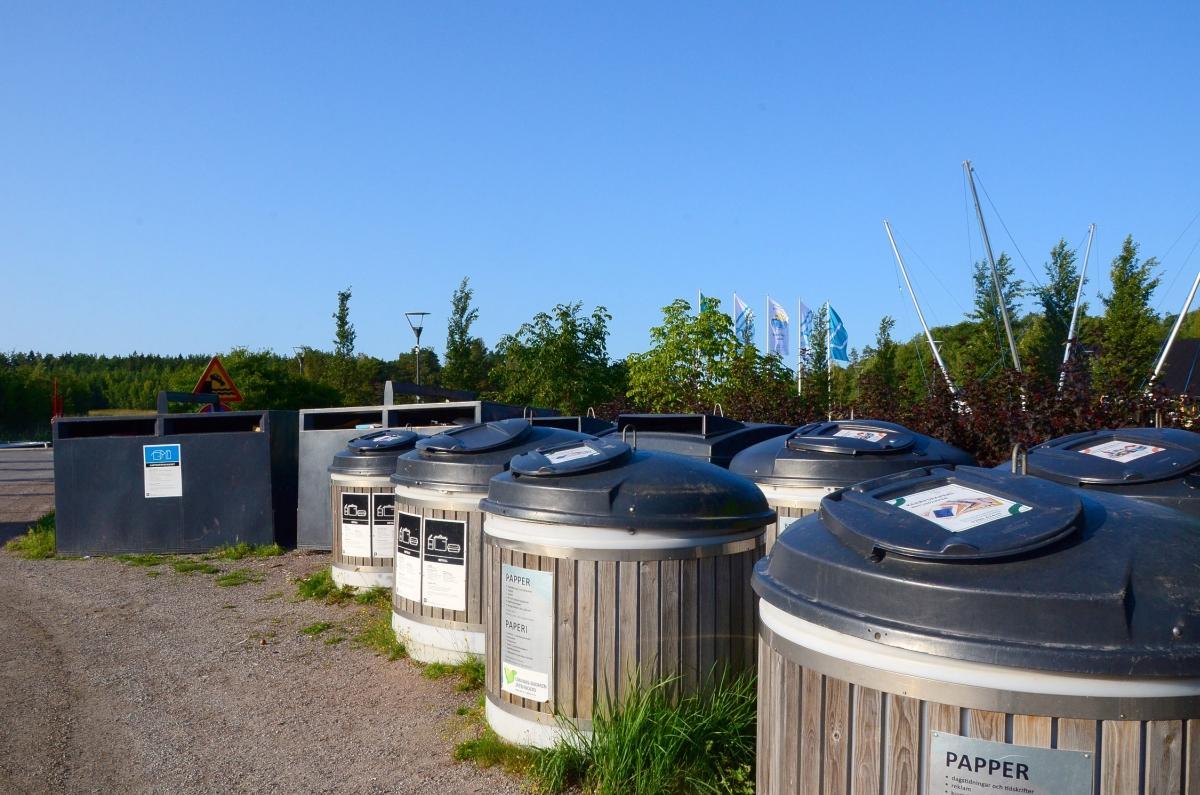 Insamlingskärl för sorterade sopor. Kärlen finns intill södra hamnen i Nagu.