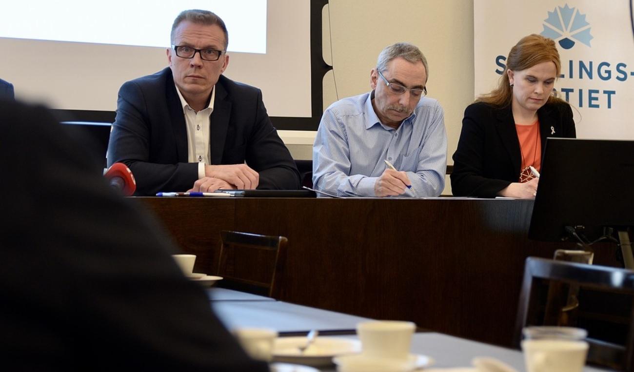 Samlingspartiets riksdagsgrupp valde Jukka Kopra till andra vice ordförande och Ben Zyskowicz till tredje vice ordförande. Till vänster partiets vice ordförande Mari-Leena Talvitie. F