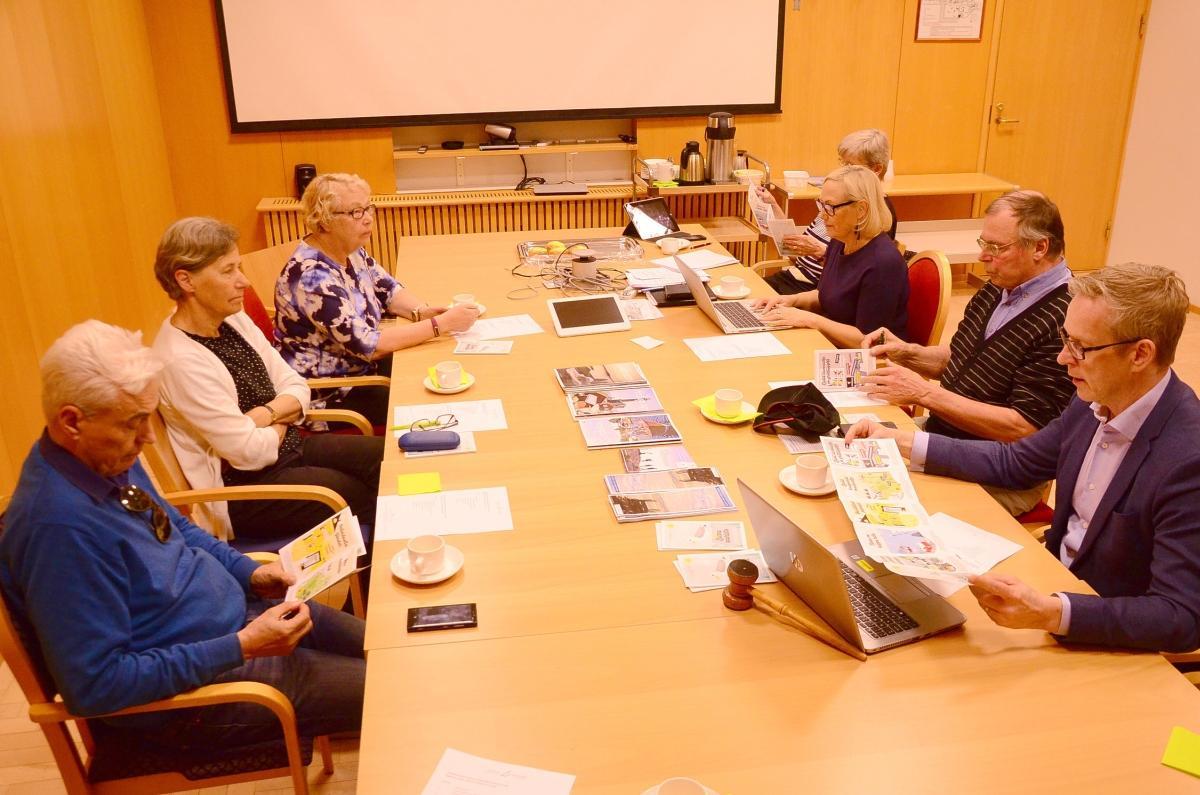 mötesbord med sju person samlade i Pargas stadshus,