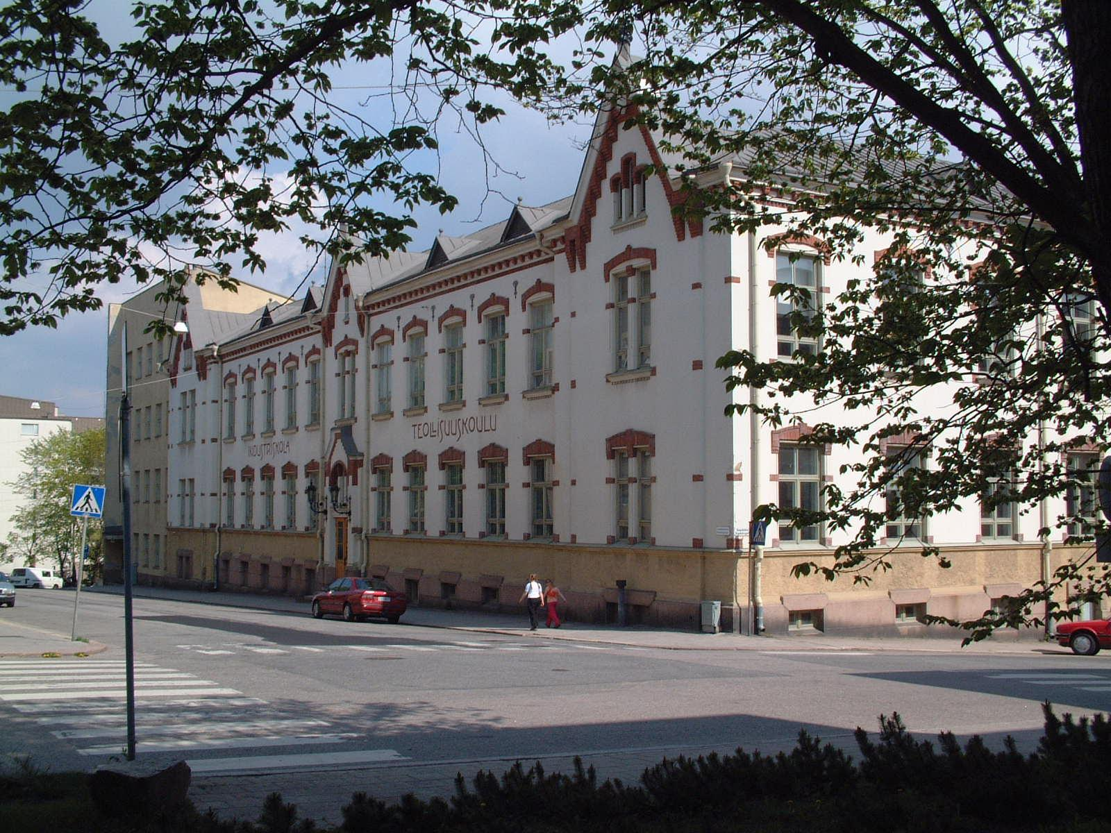 Den gamla industriskolan på Smedsgatan används tillfälligt av Puolalan koulu. ÅU-foto