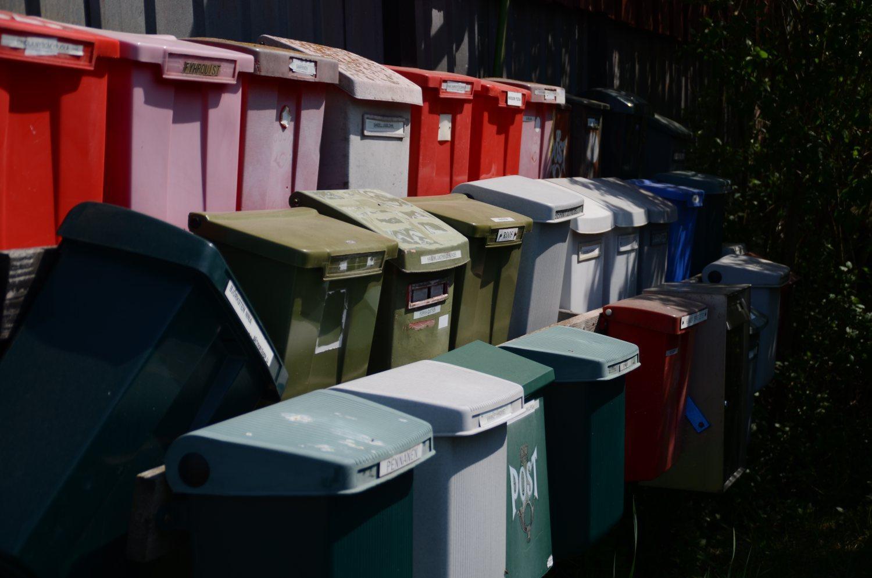 Många postlådor.