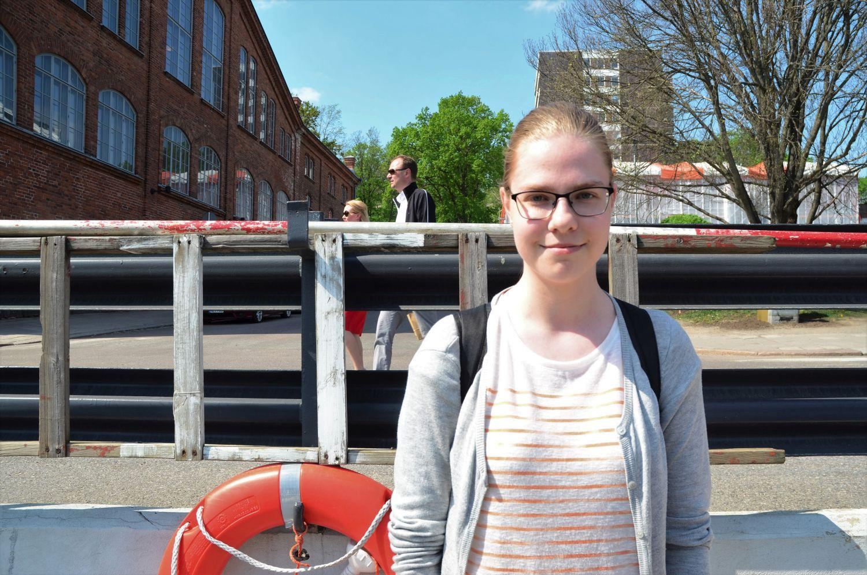 Heidi Uitto som står och väntar på Förin.