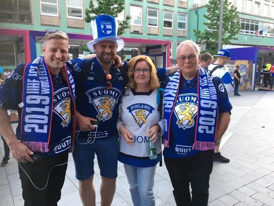 Glada Pargasbor i Bratislava iklädda de finska färgerna.