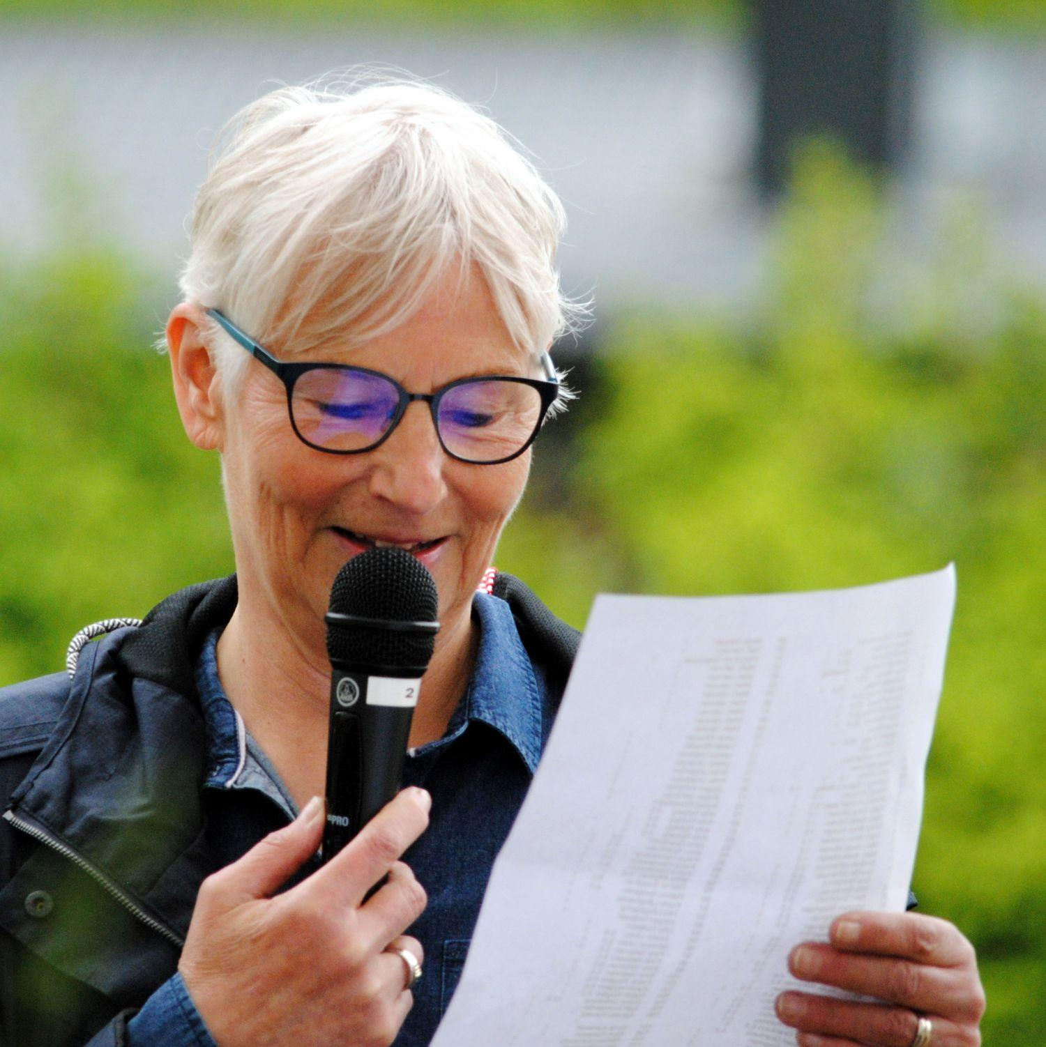 Kvinna med mikrofon
