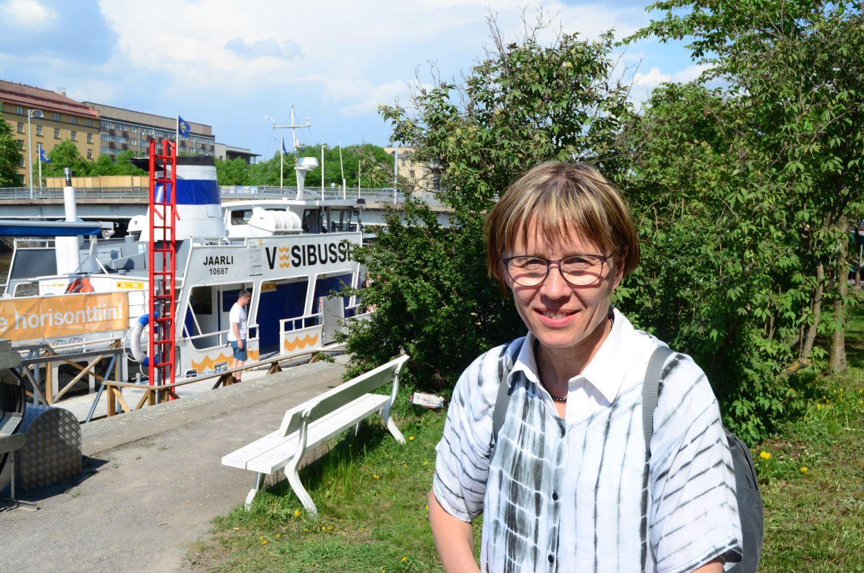 Päivi Vuorilehto som precis stigit av sjöbussen vid Martinsbron.