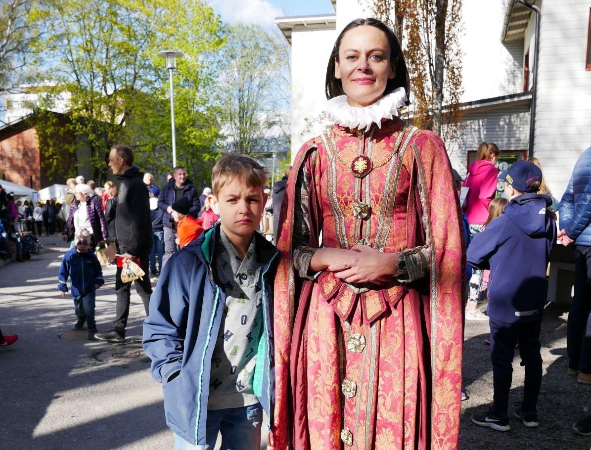 Pojke och mamma med renässansklänning