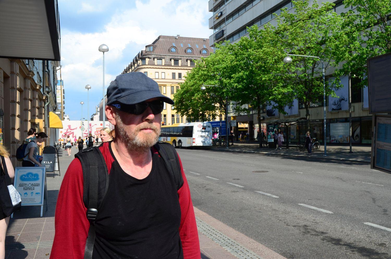 Paavo som väntar på bussen vid Eriksgatan.