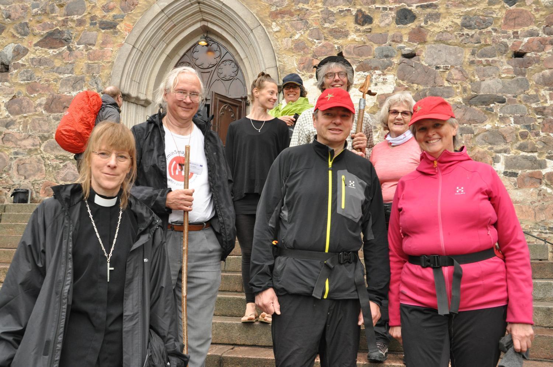 pilgrimsvandrare på trappan till Åbo domkyrka