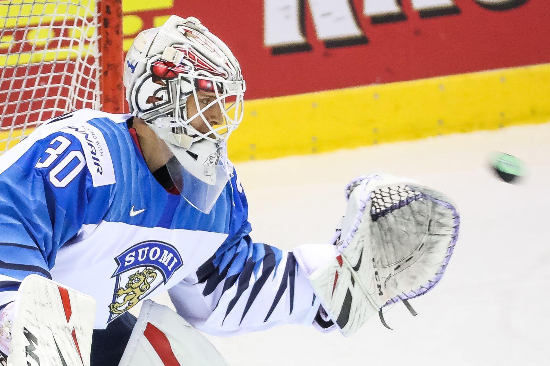 Finlands landslags ishockeymålvakt på isen