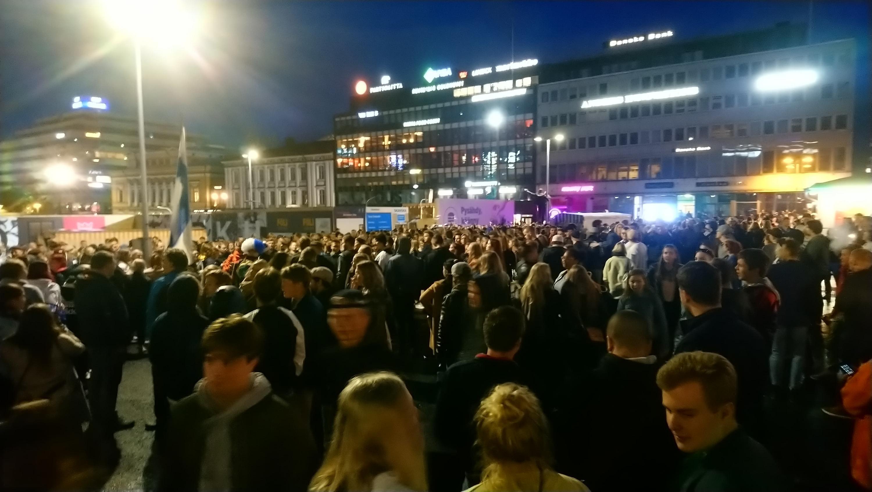 Folkmassa mitt i natten vid Åbo salutorg.