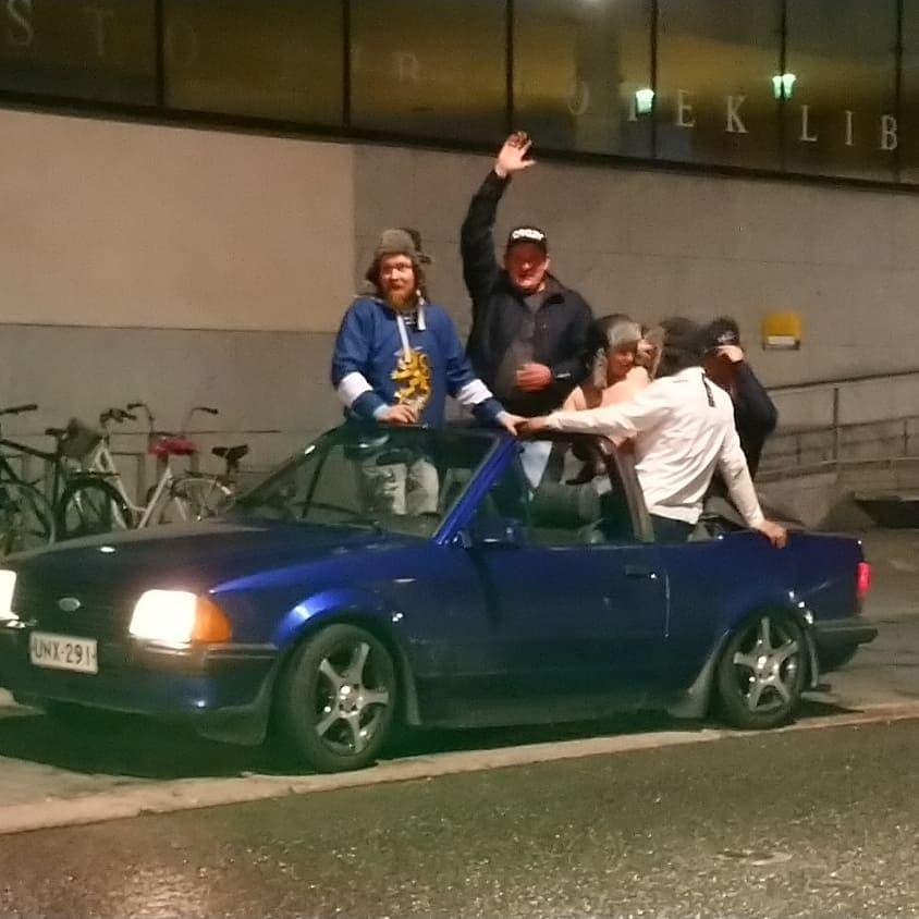 Åbobor i en öppen bil firar VM-guldet i ishockey