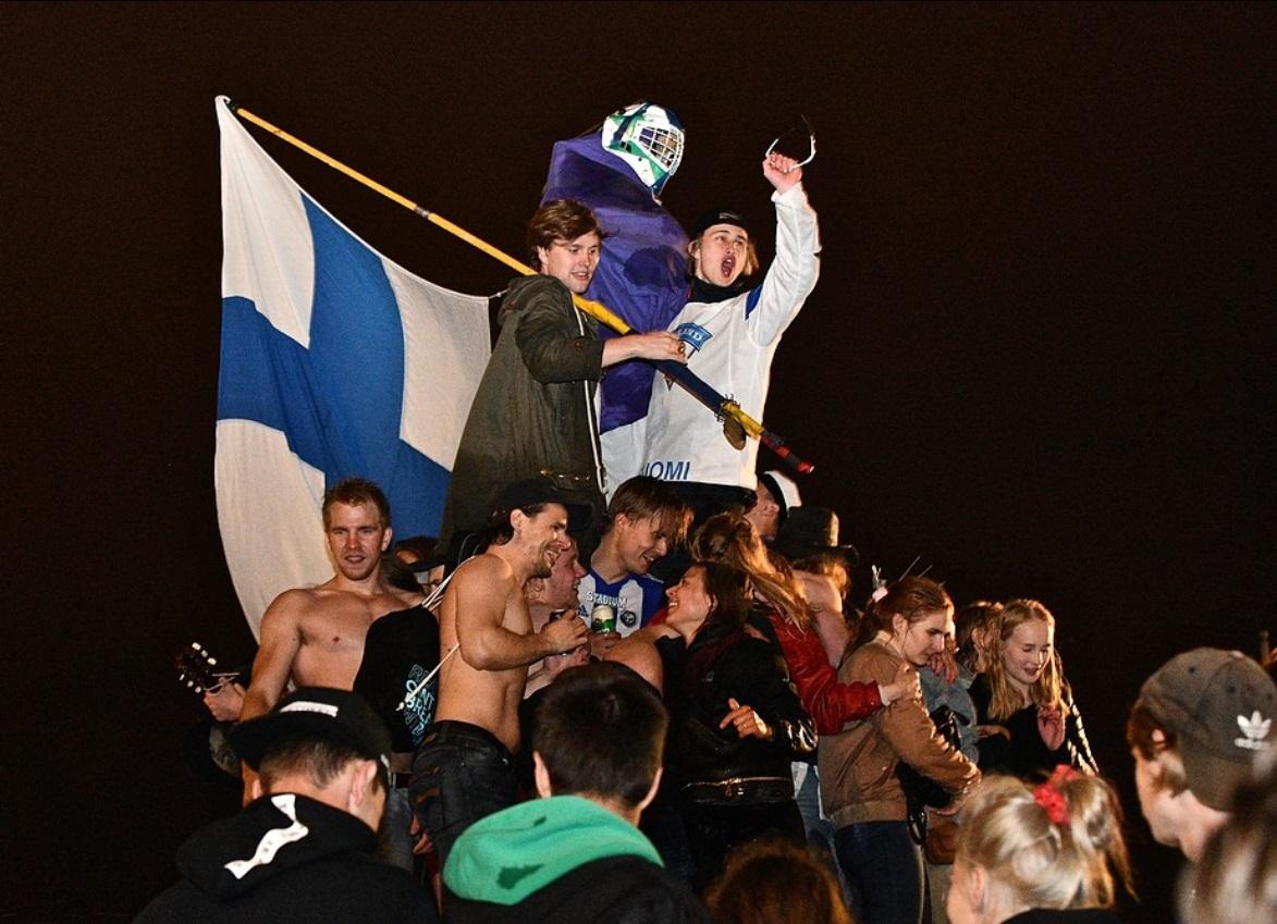 Folk firar med Finlands flagga