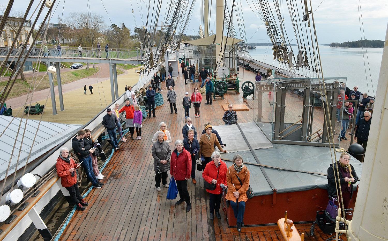 Folk ombord på gammalt skepp.