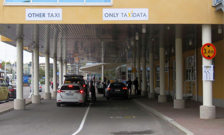 Taxibilar väntar på kunder